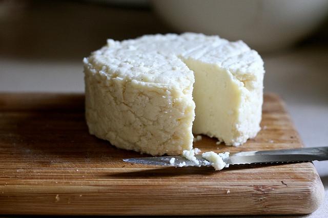 На слици је пресовани сир са лимуном. Није фета-сир, али изгледа укусније.
